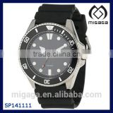 Round watch in stainless steel with coin-edge bezel sweeping second hand