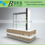 Retail decorative table center pieces for modular RMU, wooden shelving unit