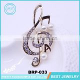 Latest design brooch pin gold metal rhinestone pearl note brooch for woman