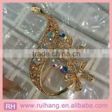 New Arrival fashion beautiful gold alloy shiny big acrylic clear Rhinestone crystal swan brooch for women & invitation