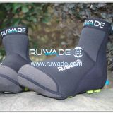 Neoprene cycling shoe cover provide better warmth.