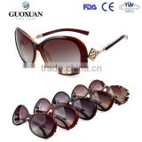 2015 high quality women fashionable sunglasses plastic frame polarized lens sunglass with rhombic metal design on side