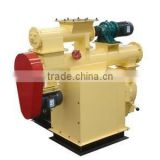 Rotating ring die feed pellet machine