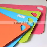 colorful anti slip flexible cutting chopping board/folding cutting mat set/cutting board set with holder