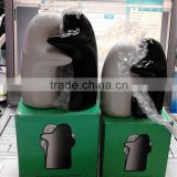 Professional manufacture Novely porcelain cruet set black and white hugging salt and pepper shakers