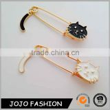 Custom cat shaped enamel lapel pin badges with gold chain                                                                                                         Supplier's Choice