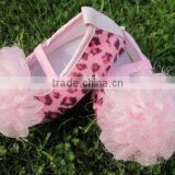 Hot selling pink leopard baby shoes with flower/ flat baby crib shoes
