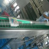 High friction slat chain conveyor line with anti-slip rubber for uplifting material handling