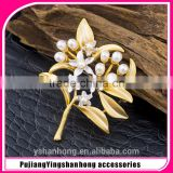 Gold-plated natural pearl brooch shawl buckle leaves