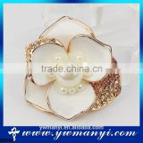 2016 New Design Jewelry Imitation Pearl Jewelry Flower Shape White Color Flower Brooches With Rhinestones B0066