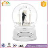 Factory Custom made best wedding decoration snow globe gift polyresin resin favors wedding gifts