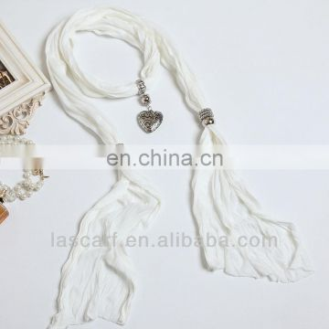 The necklace trend special white scarf