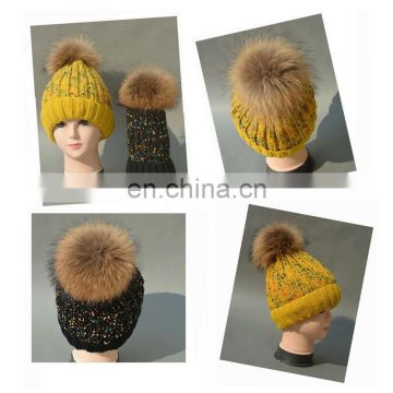China Supplier Knitted Kids Caps with Raccoon Fur Pompoms Fleeces Hats