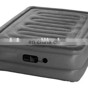 Inflatable air bed with built-in pump