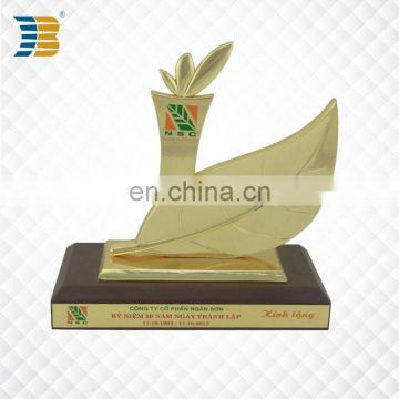 Cheap custom stock wholesale metal custom trophy cup with wood base
