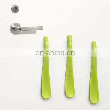 Magnet embedded decorative shoe horn