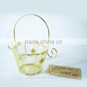 Metal wire storage basket with handle