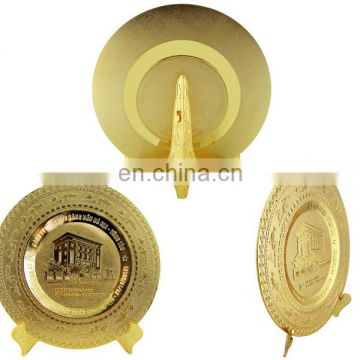 custom zinc alloy painted gold ambossed metal plate for school
